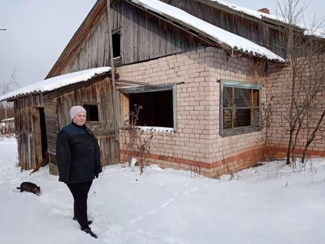 В таком состоянии вторая половина дома находится уже давно. Если в ней обрушатся потолочные балки, рухнет стена, соединяющая квартиры.