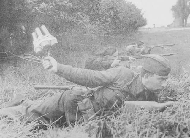 Пехота из состава 177-й стрелковой дивизии РККА готовится встретить немецкие танки. Район Луги, июль 1941 года.