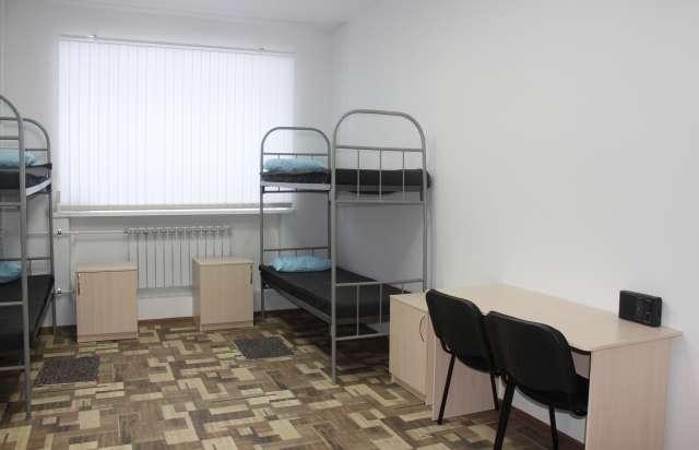 Вот в таких комнатах живут в исправительных центрах в Великом Новгороде и в Валдае.