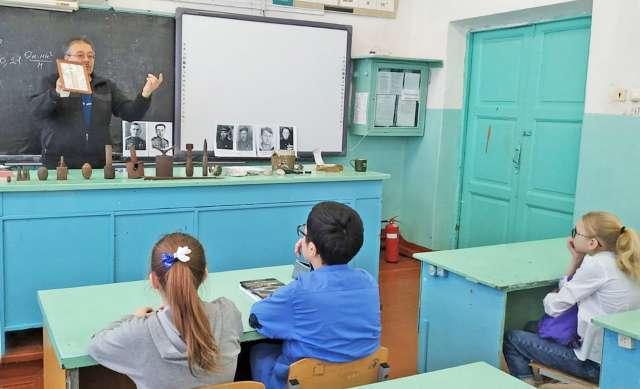 Директор молодёжного центра «Юность» Владимир Петров проводит урок мужества в валдайской школе № 1.