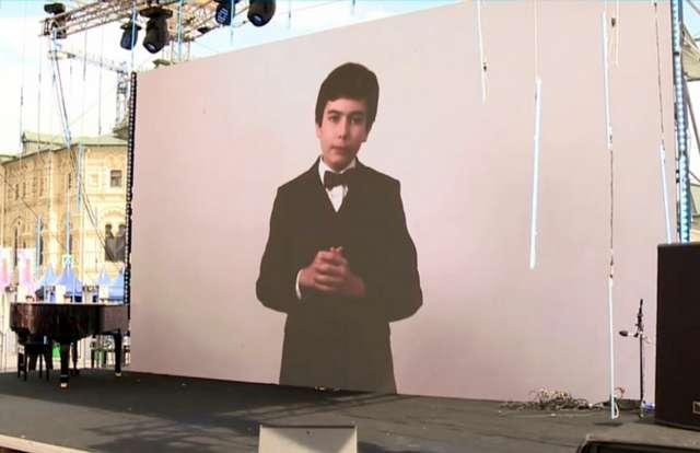 Выступление победителя конкурса «Живая классика-2020» Саши Максимова на Красной площади.