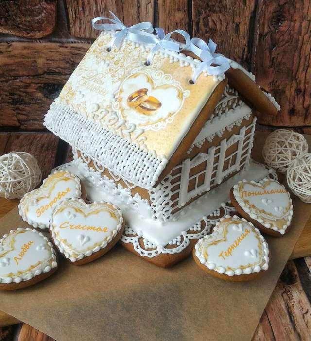 Пряничный домик, сделанный на свадьбу молодым, можно принять за образец творчества мастера-ремесленника.
