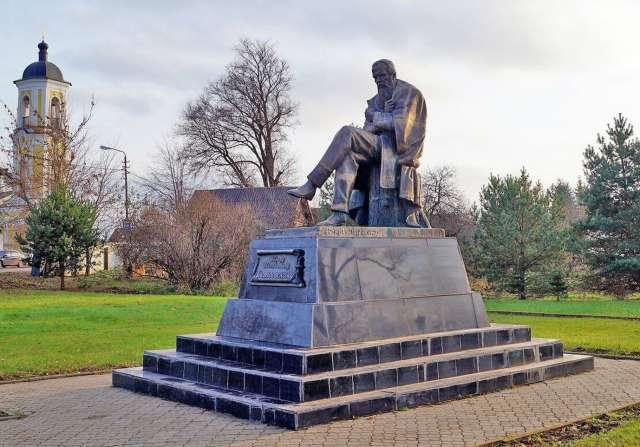 Один из моментов предстоящего благоустройства в Старой Руссе — замена постамента памятника писателю. Это будет реализовано за счёт внебюджетных средств — поддержат предприниматели.