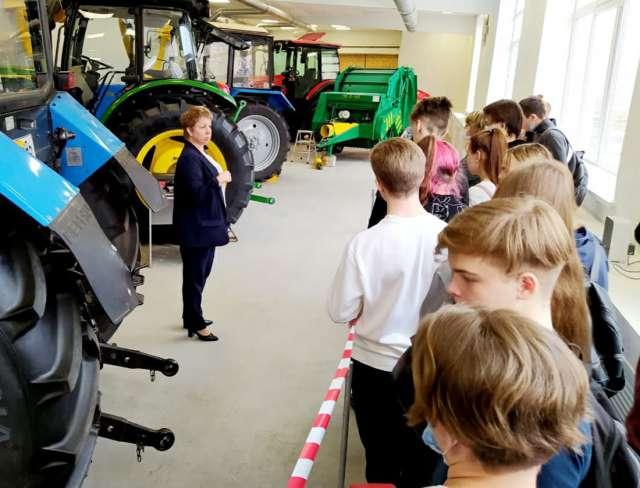 Гимназисты пришли на экскурсию в техникум, где им рассказали, какие профессии сегодня предлагаются для обучения, какая техника используется в практической подготовке студентов.
