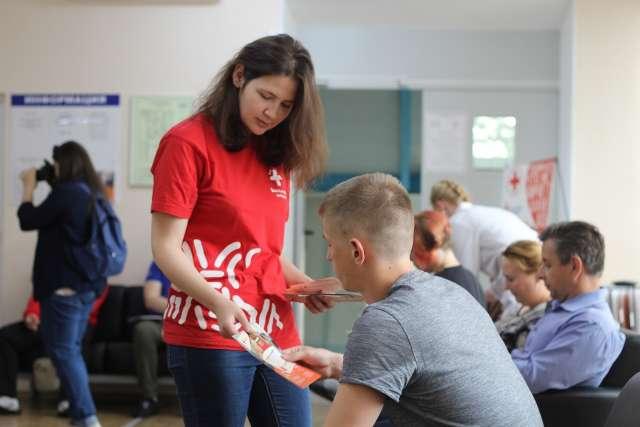 Сейчас волонтёры-медики помогают в организации процесса вакцинации населения против коронавируса.