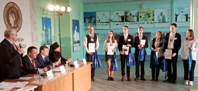 Юрий Вяземский поздравляет победителей и призёров областного тура игры «Умники и умницы».
