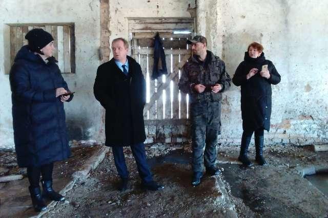 В Ивановском сельском поселении Старорусского района Евгений Сизов (второй справа) решил отремонтировать и переоборудовать под свои нужды сооружения бывшего животноводческого комплекса.