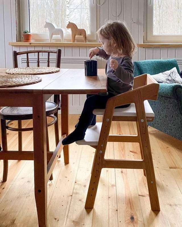 Растущие стульчики рекомендуются детям от 1,5 лет. Чёткой верхней границы по возрасту нет: ребёнку и в 12–13 лет может быть комфортно сидеть на таком стуле.