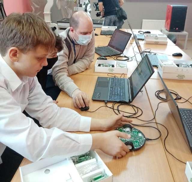Небольшая вводная от преподавателя ДНК. И вот уже участники мастер-класса задают на компьютере программу, заставляющую робота двигаться.