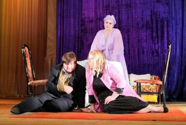 Артисты театра «Диалог» в постановке «Невероятный сеанс, или Неугомонный дух».