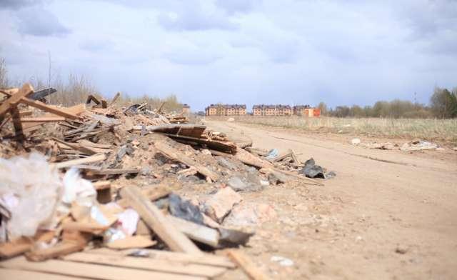 Вид на кучи мусора – вряд ли такое планировали покупатели квартир в новых домах.