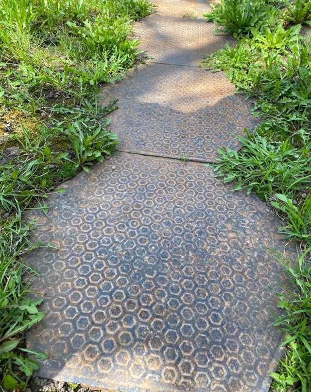 30 чугунных плиток долгие годы пролежали во дворе частного дома.