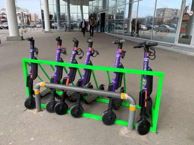 Парковки для самокатов находятся прямо в городе, не все новгородцы смогли справиться с соблазном угнать электротранспорт.