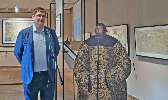 На выставке присутствует и сам барон. Точнее, его ростовой портрет: в богатой соболиной шубе, подаренной русским царём Василием III.