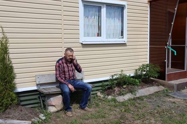 Кто компенсирует Андрею Отдельнову затраты на планировку участка и возведение временного жилья?
