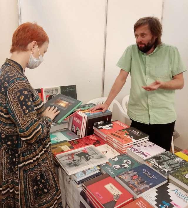 Дмитрий Яковлев каждому посетителю стенда своего издательства на ярмарке подробно рассказывал о жанрах комиксов, их авторах и в целом об этом литературном направлении.