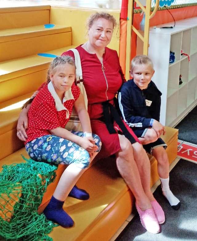 Альбина Даниловна Ермоленко в детском игровом центре со своими самыми маленькими приёмными воспитанниками.