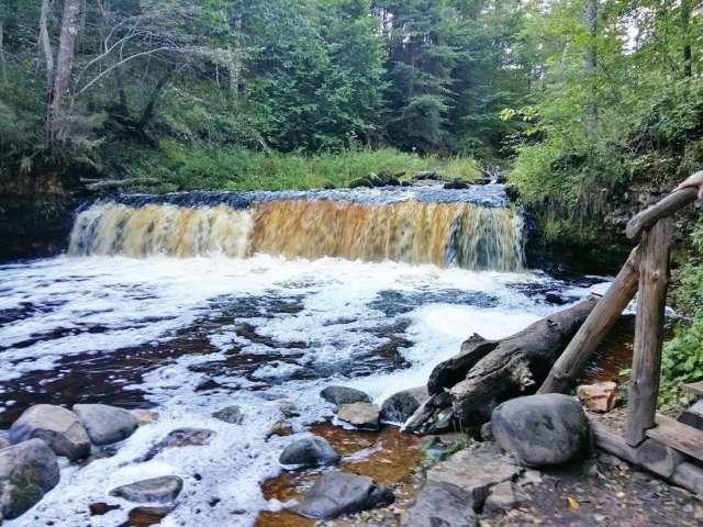 Подход к водопаду на реке Прикша благоустроен, здесь есть кемпинг, где можно порыбачить и пожарить шашлыки.