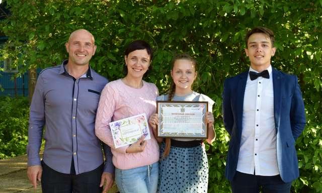Ларионовы полным составом получали диплом, подтверждающий, что их семья — лучшая в Новгородской области.