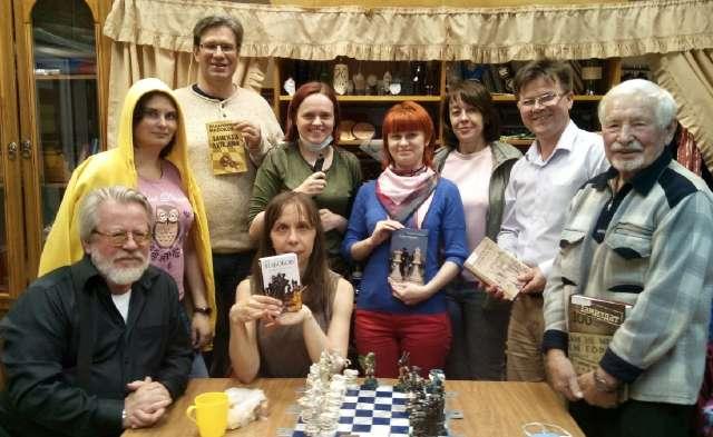 «Т.О.К.» в действии: члены клуба после обсуждения выбранного ими произведения.