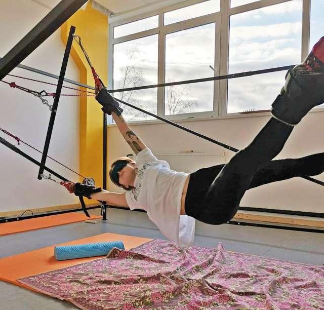 ПравИло вытягивает и выравнивает позвоночник, максимально расслабляет и  растягивает мышцы, способствует укреплению суставов, связок и  сухожилий.