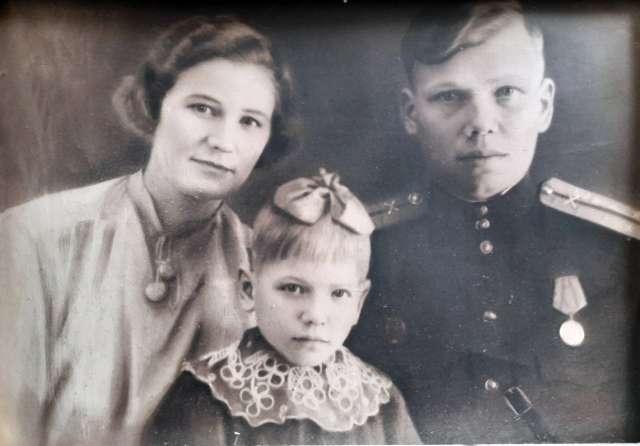 После Сталинграда в отпуск к нам приехал отец. Пошли фотографироваться.