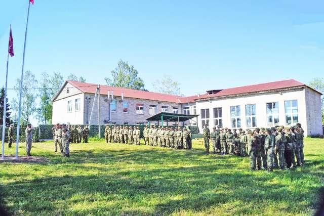 Построение участников летней смены «Партизан-1» лагеря Центра военно-спортивной подготовки «Русичи» у здания бывшей школы в Перегине.