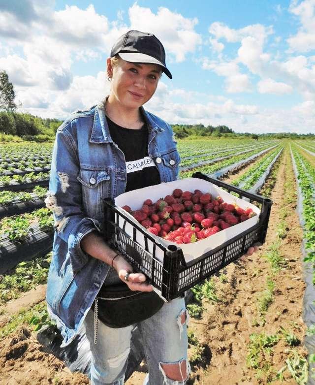 Наталья Шумская в процессе сбора урожая.
