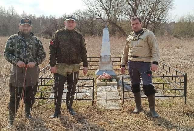 Александр Алтухов (в центре) у возведённого мемориала погибшим от рук оккупантов жителям деревни Папоротно Поддорского района.