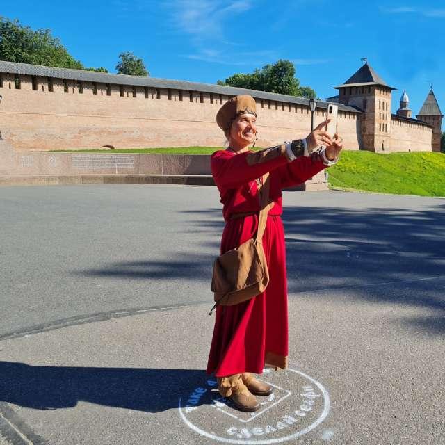 Жена заморского купца Феофания позирует на фоне Новгородского кремля, или детинца, как его называли в Новгороде в древности.