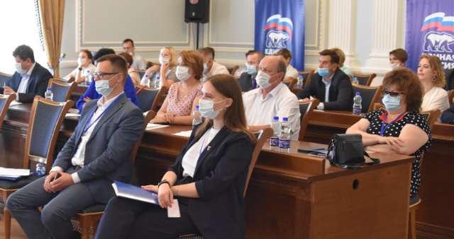 Делегаты конференции утвердили партийные списки участников осенних выборов в Новгородскую областную Думу по одномандатным округам и группам.