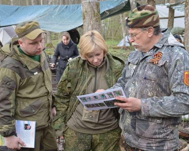 Елена Цунаева с членами маловишерской поисковой группы «Память»