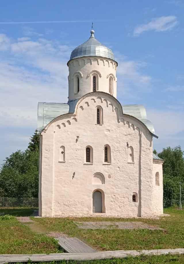 Единственный сохранившийся от бывшего монастырского комплекса храм святого Николая Чудотворца был основан в 1292 году.