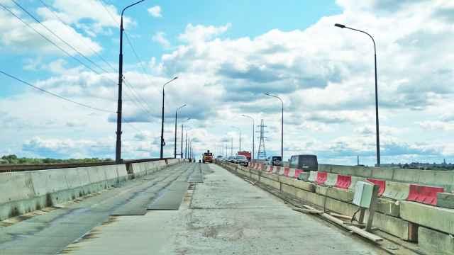 Затянувшийся ремонт моста каждый день проверяет на прочность не только нервы водителей, но и подвески автомобилей.
