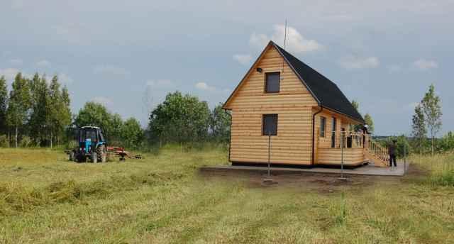 Идеальный вариант, когда фермеры живут рядом с полями, которые обрабатывают. Теперь закон дал им такое право. Коллаж Алёны ГЕРЦ