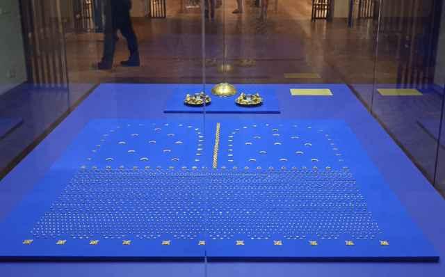 Для каждой выставки куратор вручную пинцетом выкладывает мелкие фрагменты орнамента в древний узор.