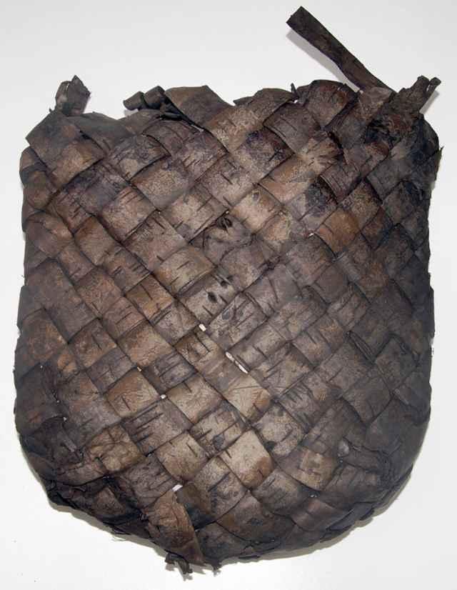 Небольшую берестяную сумку для мелочей наши предки из далёкого XIII века носили на плече.