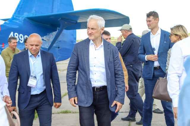 На аэродроме в Кречевицах Андрей Белоусов познакомился с новой отечественной авиационной разработкой.