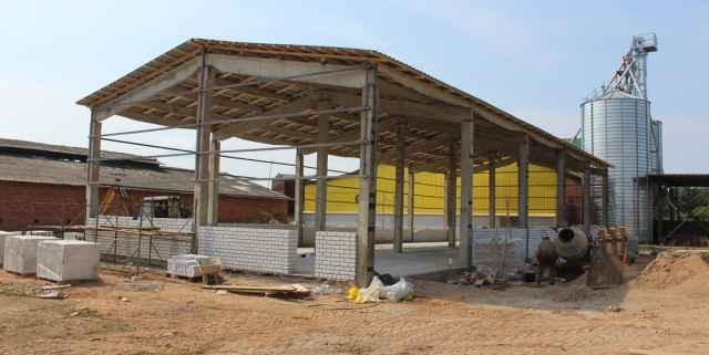 Возле зерносушильного комплекса за счёт собственных средств идёт  строительство склада. В производство в хозяйстве привыкли вкладываться.