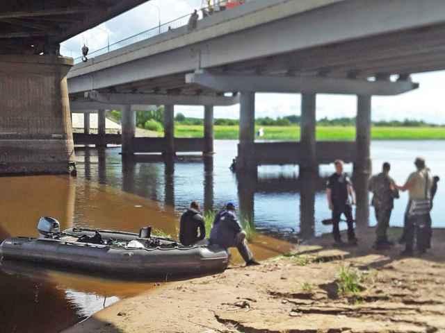 Бронеавтомобиль был найден примерно посередине реки под Синим мостом.