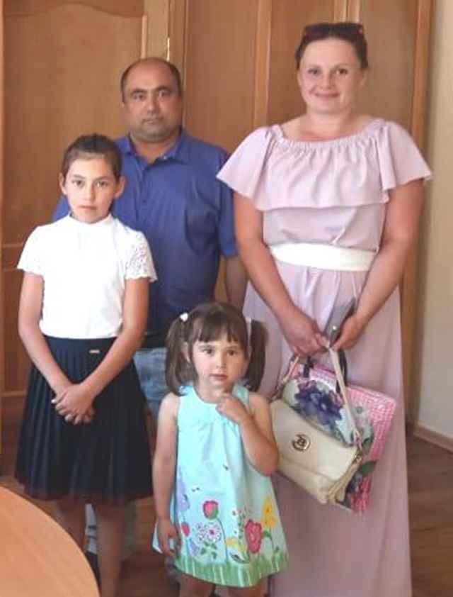 Эльдар, Елена Исмаиловы и две их маленькие помощницы подают заявку на областной грант (фото 2019 года).