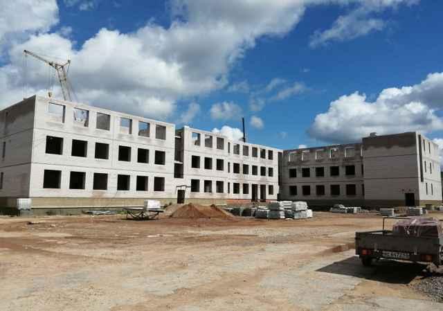 Дополнительные бюджетные средства позволят продолжить строительство здания школы в Малой Вишере.