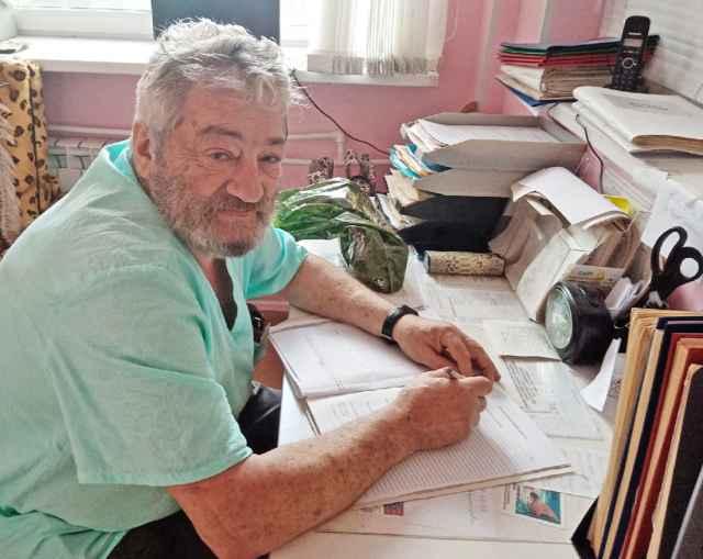 Макс Михайлович Черняховский готовится к операции — изучает историю болезни пациентки.