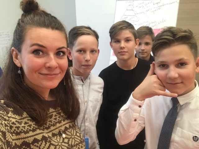 Оксана Сырцова с участниками школьного тьюториала.