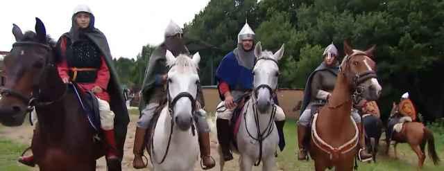Историческая реконструкция конного похода Александра Невского стартовала с Александровой горы в Переславле-Залесском.