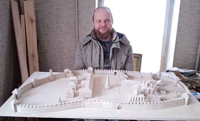 Над макетом Новгородского кремля Антон Сухиненко работал долго, и результатом доволен.