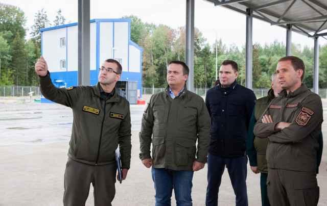 Министр природных ресурсов и экологии России Александр Козлов (справа) ознакомился с работой полигона ТКО под Великим Новгородом.