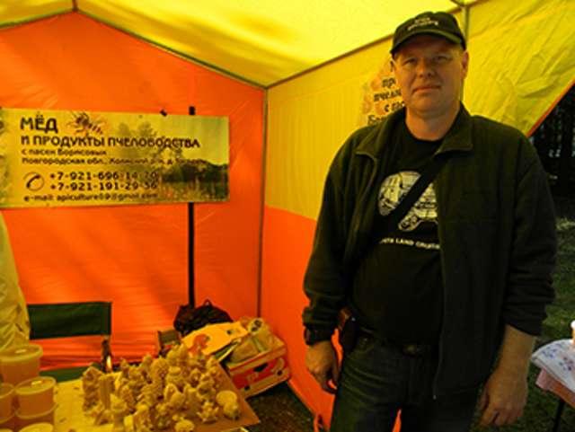 Дмитрий Борисов с продукцией семейной пасеки на ярмарке.