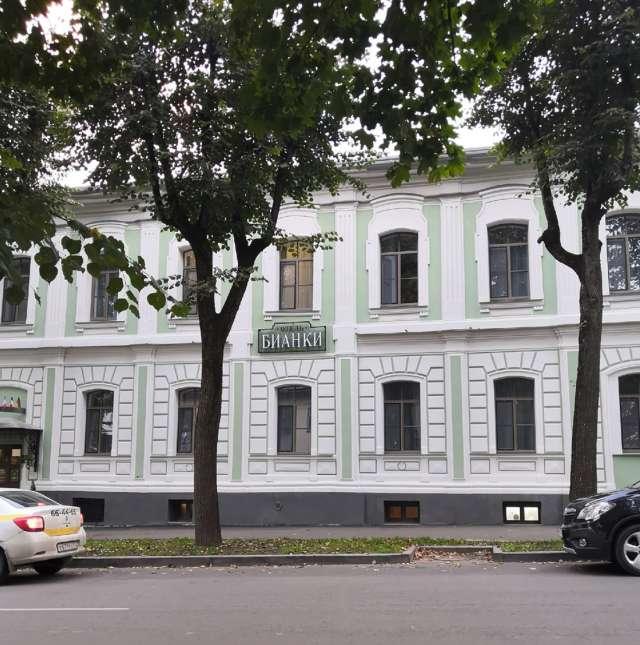 Имя Виталия Бианки стало отправной точкой в наполнении отеля.