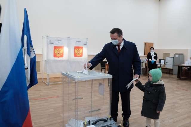 Губернатор Андрей Никитин одним из первых проголосовал на избирательном участке в деревне Савино. «Проголосовал за стабильность в стране и развитие Новгородской области», — подчеркнул глава региона.